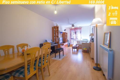 Piso seminuevo en venta en el Barrio de Pantoja de Zamora. Vivienda de 3 habitaciones y 2 baños, con patio terraza de 100m2. Ascensor, garaje y trastero.
