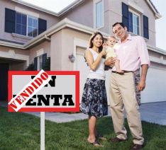 Familia feliz con su casa vendida