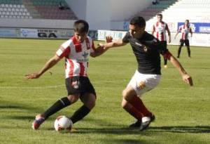 Santos del Zamora CF encara a un rival del Ourense