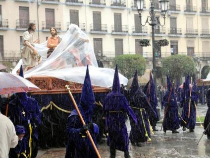 La lluvia arruina el desfile procesional de la Santa Vera Cruz de Zamora