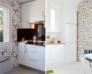 Cocina muy actual, azulejos cubiertos con papel pintado y cristal lacado negro.