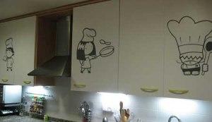 Vinilos divertidos en los muebles de la cocina