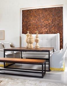 Este mosaico de piezas de madera es una forma creativa para añadir interés a este comedor.