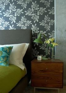 Una exuberante pared con papel esmeralda que combina bien con otros tonos verdes.