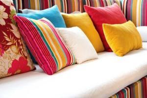 Puedes combinar los cojines de diferentes colores y formas