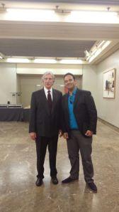 Foto de Jesus Barrios con Ed Hutch, el instructor del curso de negociación