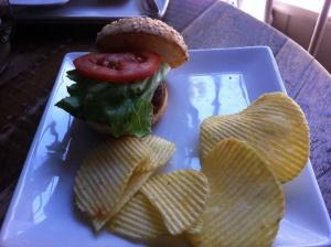 Mini hamburguesa con queso y crujiente de cebolla